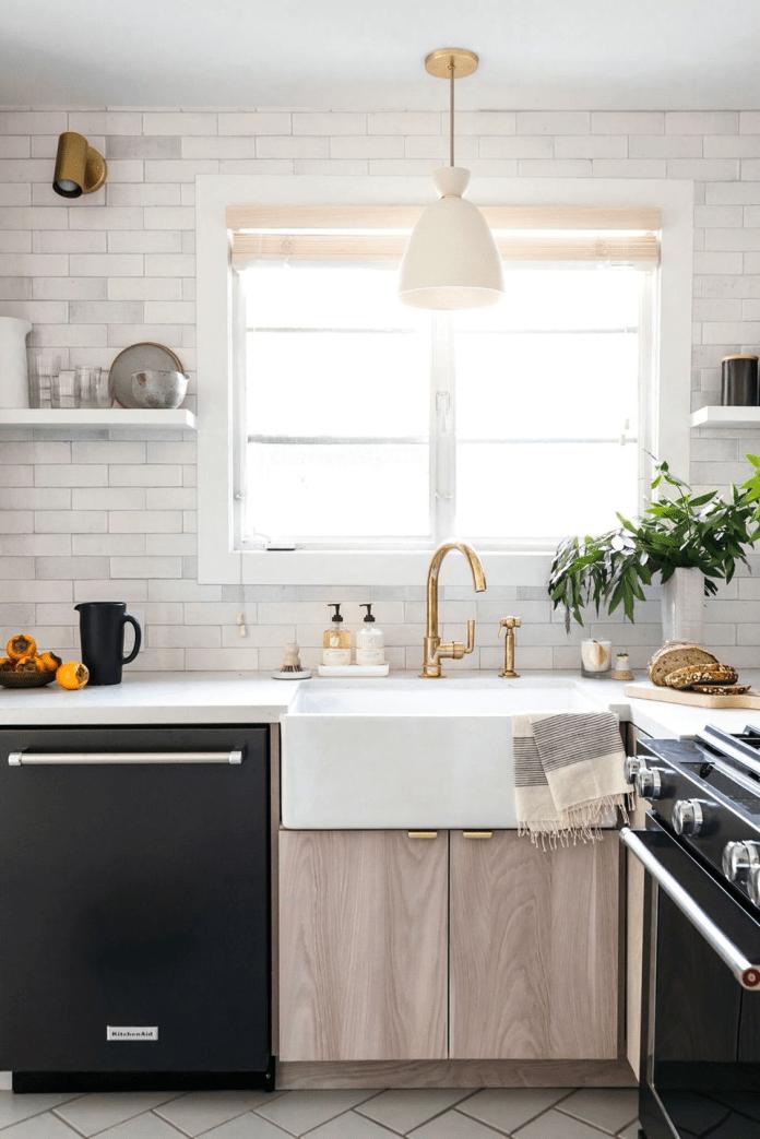Плитка метро в кухне и бронзовый кран