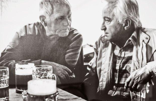 Прага пивные. Чешские писатели Грабал и Гавел за кружкой пива