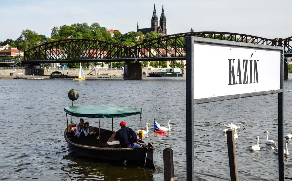 Пражская лодочная переправа - тоже городской общественный транспорт!