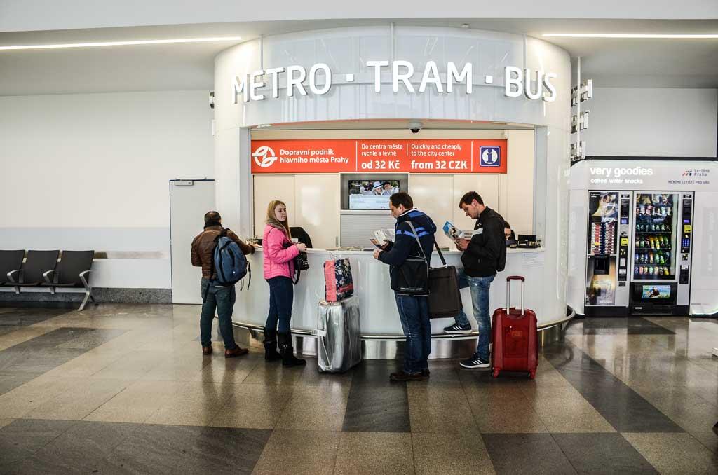 Аэропорт Праги. Покупка билетов на общественный транспорт в киоске