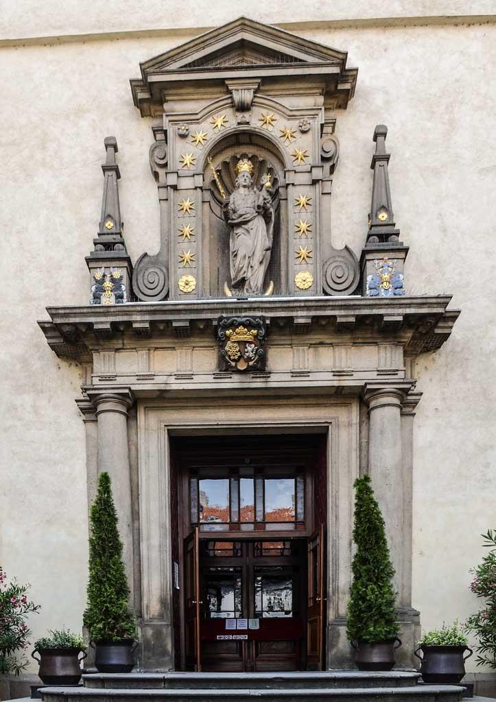 Достопримечательности Праги. Костёл Девы Марии Победоносной (Kostel Panny Marie Vítězné). Главный вход