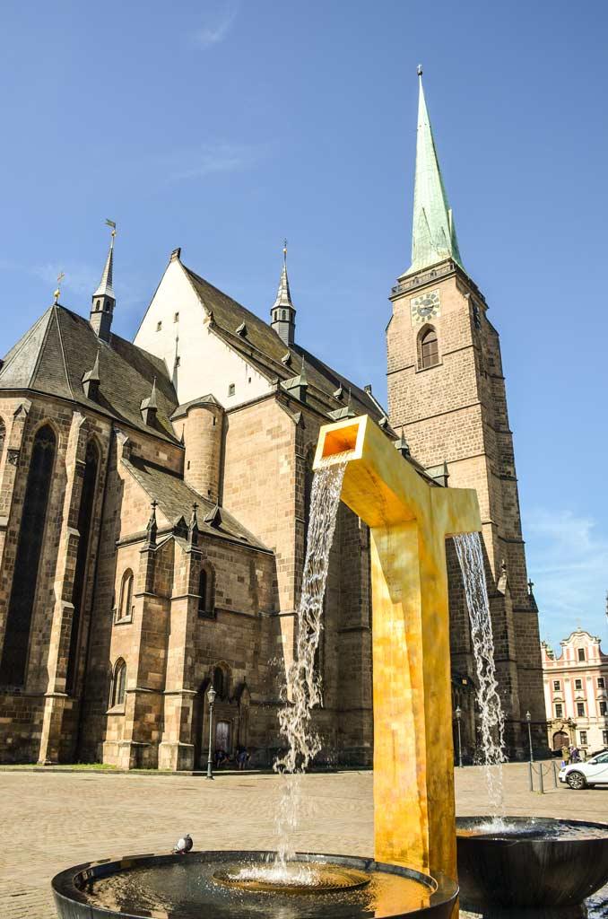 Собор Св. Варфоломея и фонтан символизирующий Ангела