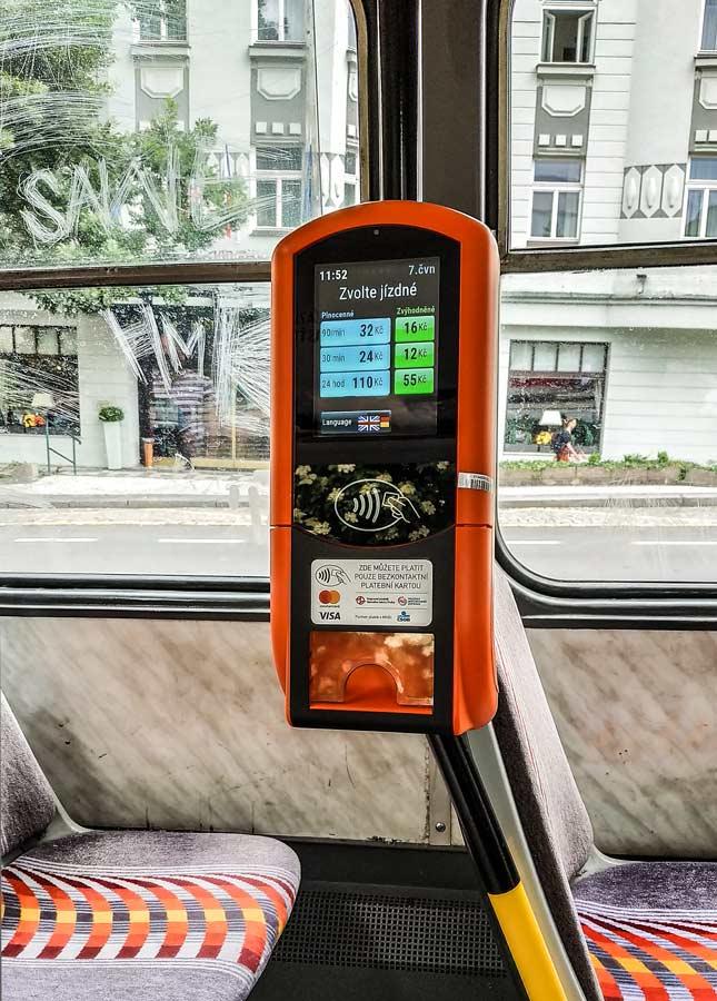 Покупка билета бесконтактной банковской картой в трамвае Праги