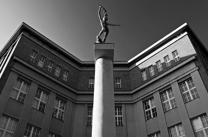 Градец-Кралове. Скульптура Яна Штурса «Победитель»