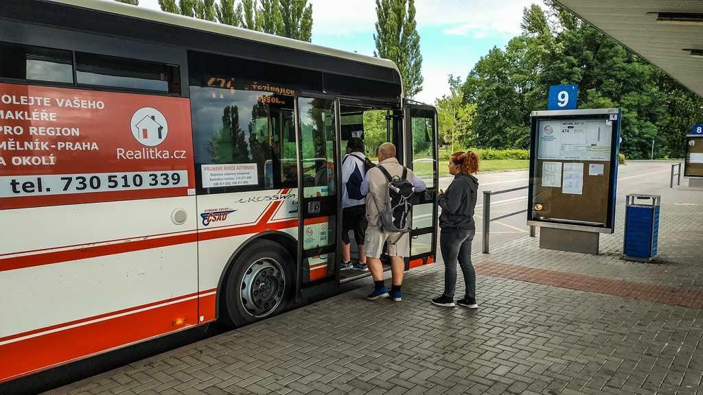 Посадка пассажиров в пригородный автобус