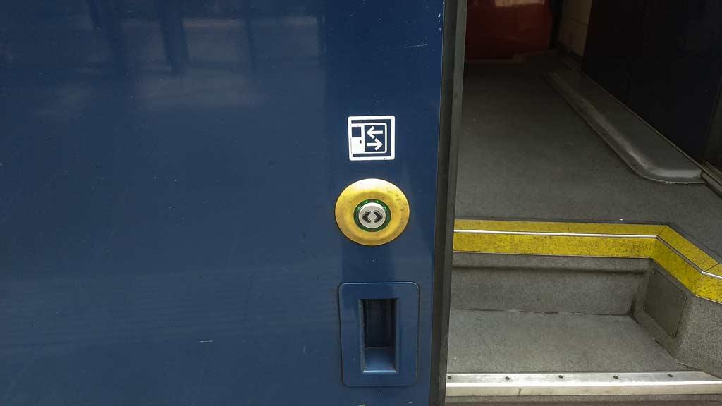 Кнопка открытия двери в чешской электричкке