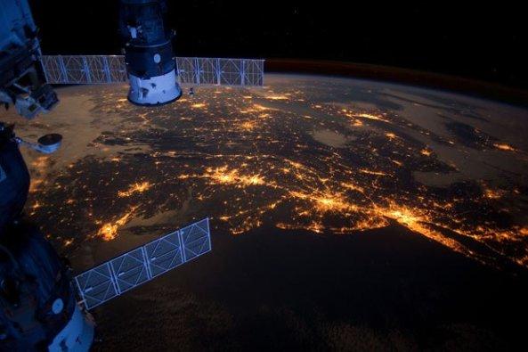Uluslararası Uzay İstasyonunda Dünya'nın Karanlık Yüzü