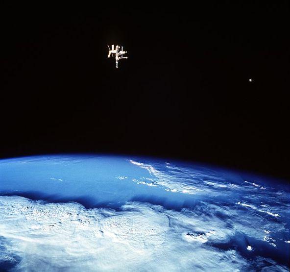 Mir ve Ay, Dünya'nın iki uydusu, 1998