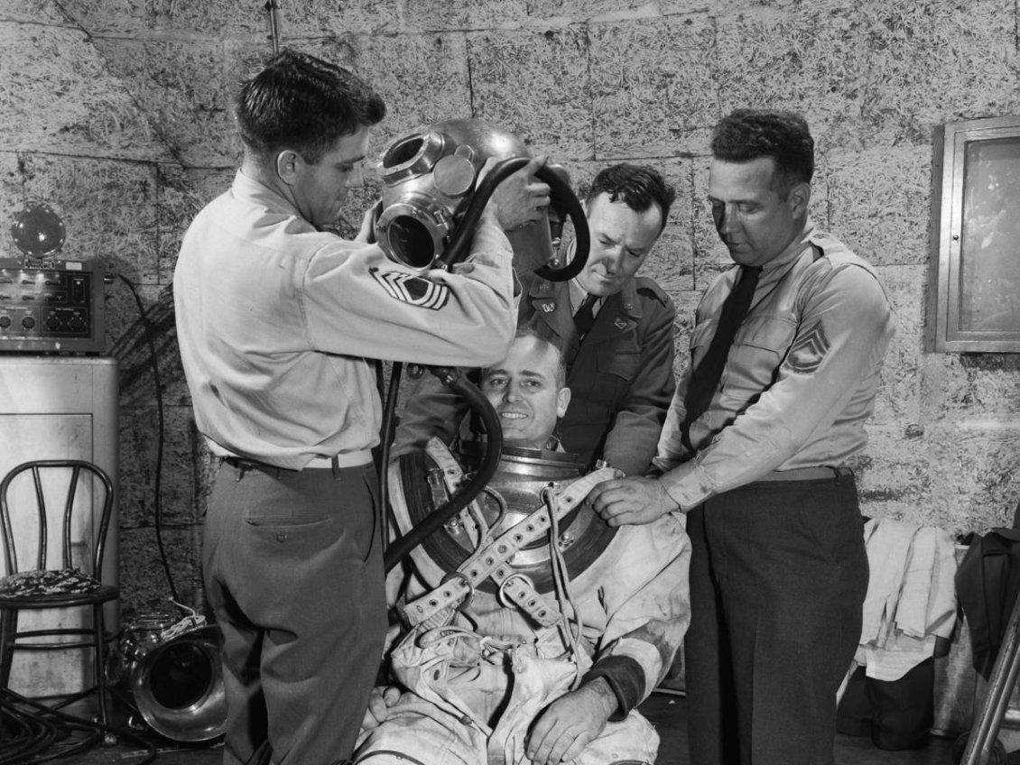 Uzay şartlarına dayanıklı muhtemel uzay giysisi tasarımları deneniyor. Ray H. Wright, denemeler için gönüllü oldu ve uzay kıyafetleriyle muhtemel koşulları taklit eden rüzgâr tünellerinde denemeler yaptı.