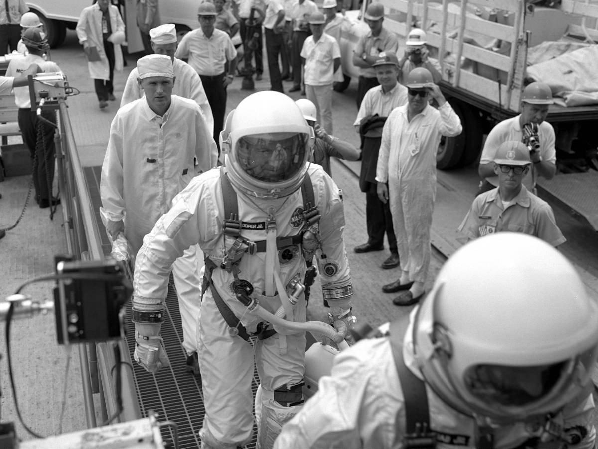 Gemini 5'in ilk ekibi Charles 'Pete' Conrad ve Gordon Cooper, göreve başlamak üzere fırlatma rampasına uğurlanıyor.