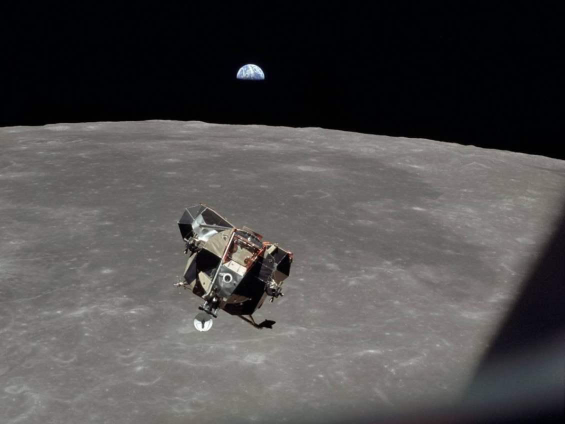 Apollo 11'in ay modülü, aya ilk ayak basışın ardından kumanda modülüne doğru yükseliyor.
