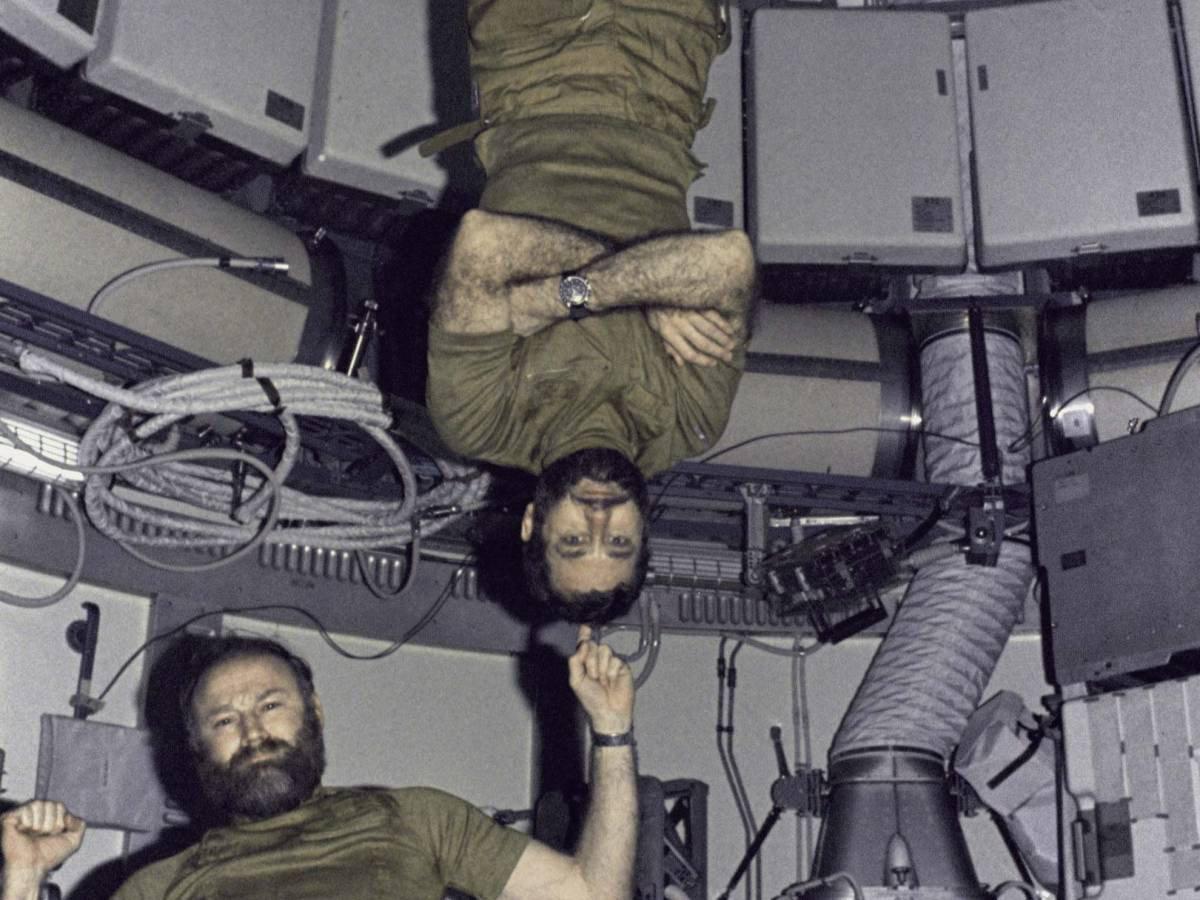 Yerçekimsiz ortamda yapılan alıştırmalar sırasında, Skylab 4 görevinden Astronot Gerald P. Carr, astronot William R. Pogue'u 'parmağında çeviriyor.