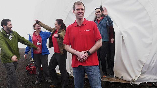 Simülasyon ekibi deneyin yürütüldüğü dev çadırdan bir yıl sonra çıkarken yakınları tarafından karşılandı.