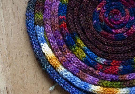 Вязаный коврик из шнура крючком