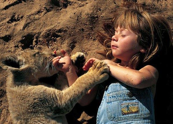 Она росла в дикой природе с животными, которые были ее единственными друзьями. Теперь её детские фотографии восхищают людей по всему мируОна росла в дикой природе с животными, которые были ее единственными друзьями. Теперь её детские фотографии восхищают людей по всему миру