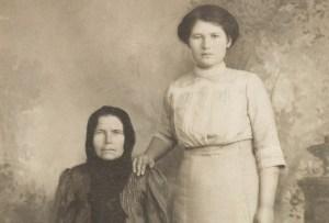 Почему на старых фотографиях люди запечатлены с рукой на плече у соседа
