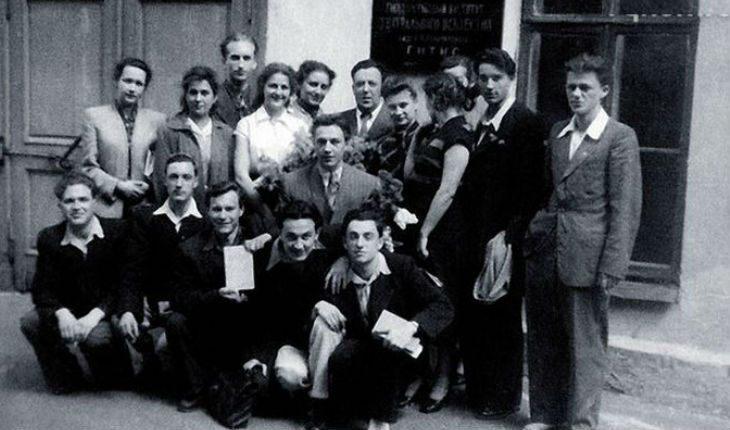 Марк Захаров с товарищами по ГИТИСу