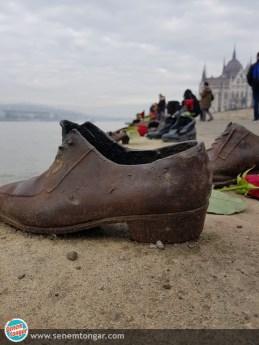 Tuna kıyısındaki ayakkabılar