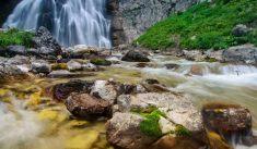 Очаровательный Гегский водопад из скалы в Абхазии*