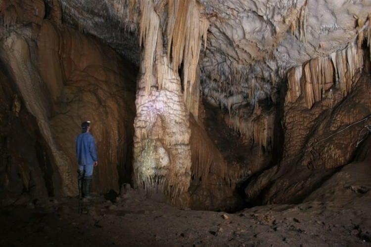 сталагмит в пещере