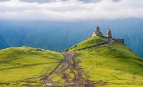 Гора Казбек в Грузии- высочайшая вершина Кавказа