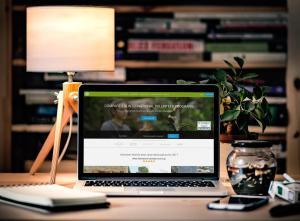 Desktop mit Volunteer World Website
