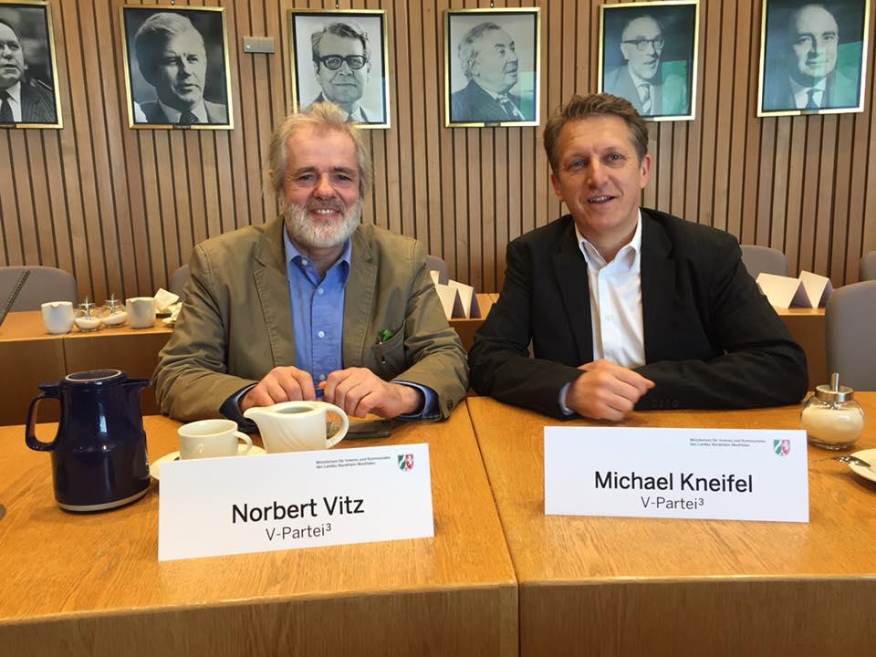 Michael Kneifel und Norbert Vitz bei der Zulassung im Düsseldorfer Landtag