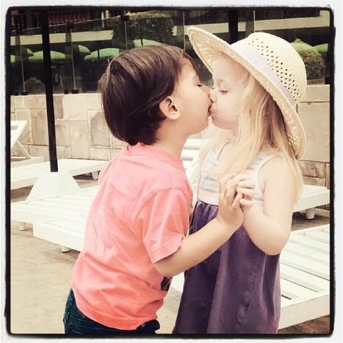 День поцелуев Милые фото детей в Instagram Развитие и