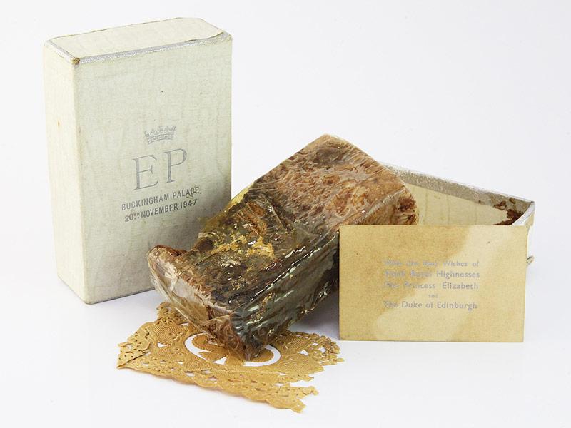 Кусочек фруктового свадебного торта королевы Елизаветы II и принца Филиппа