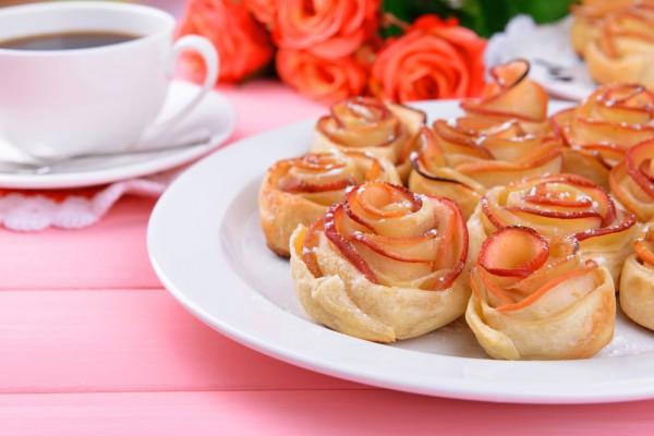 Яблочные розы из слоеного теста - Рецепты. Кулинарные ...