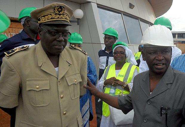 Le sous-prefet de Keur Moussa après la visite de la tour de contrôle
