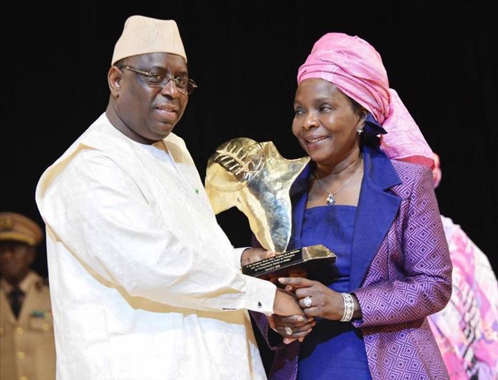 Le Chef de l'Etat Macky Sall  félicitant la Présidente du RASEF qui venait d'être élue (l'année dernière)