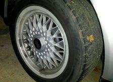 Unterschiedliche Reifengrößen auf Vorder- und Hinterachse können bei Allradlern Schäden an Differenzial, Kardanwelle und Getriebe verursachen.