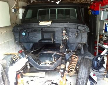 Wo restauriert man einen Ford F-100 Pick-up? Richtig. In einer deutschen Normgarage. Die eingepferchte Karosserie verliert Stück für Stück an Pfunden.