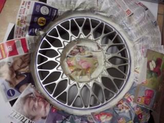 Dann den restlichen Reifen mit Zeitungspapier abkleben. Tipp: Den inneren Kreis, der nachher vom Nabendeckel verdeckt wird, ebenfalls abkleben – das spart Sprühfolie.