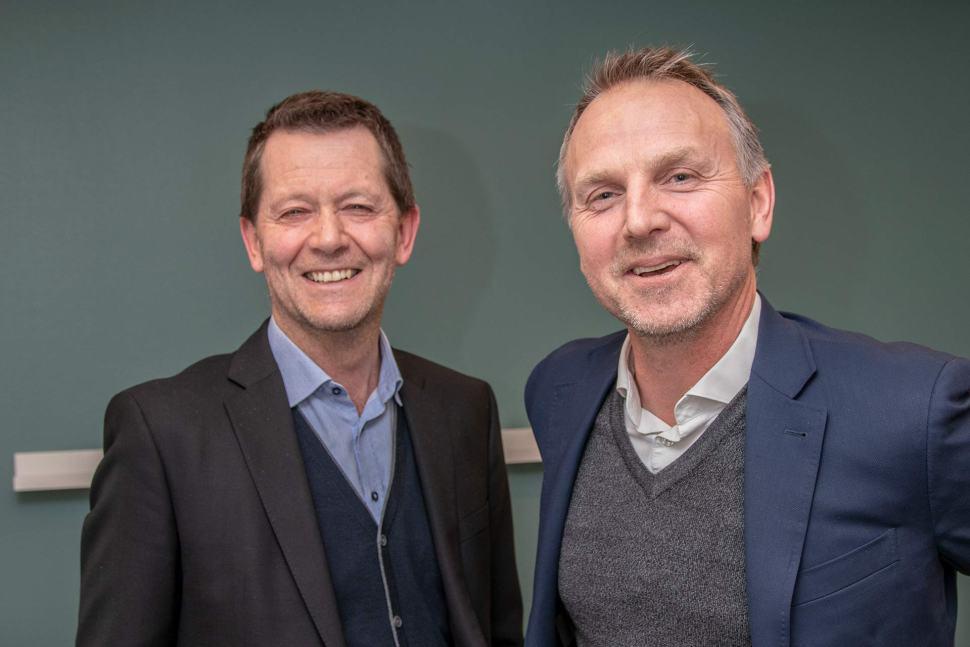 Bilde etter signering av avtalen. Hans Kjetil Aas Stavanger Utvikling KF til venstre og Johnny Galta, Ineo Eiendom til høyre.