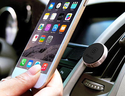 Imán para sujetar el móvil en el coche