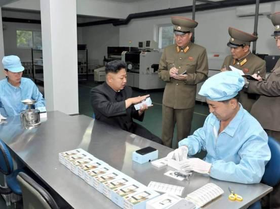 Kim Jong-un visita la fábrica de copias de iphone norcoreana