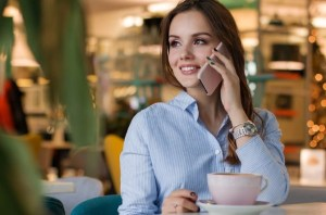 Mujer con su móvil