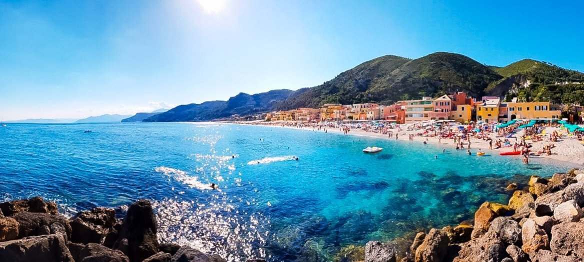 Varigotti-Spiaggia-panoramica-Vacanze-benesere-2021