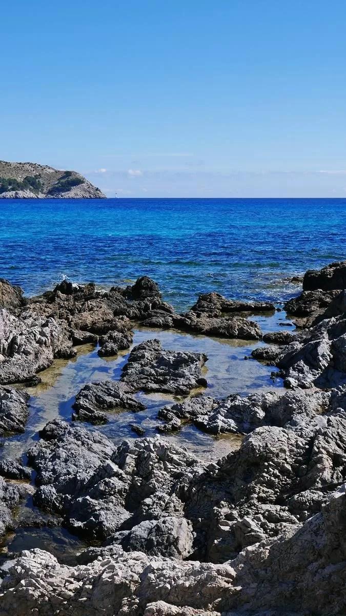 skaly cala agulla beach