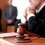 bírósági döntés - kalapács élesen, alakok homályosan
