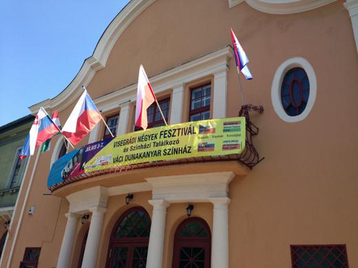V4 fesztivál - négy zászló a színház homlokzatán-520