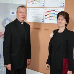 Kötet-átadás Püspök atya részére-250