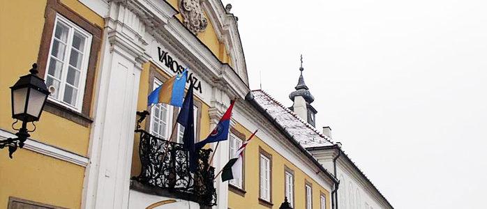 zászlók a városházán