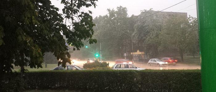 Hét óra előtt pár perccel, nagy morajjal és széllökésekkel érkezett a vihar Vácra