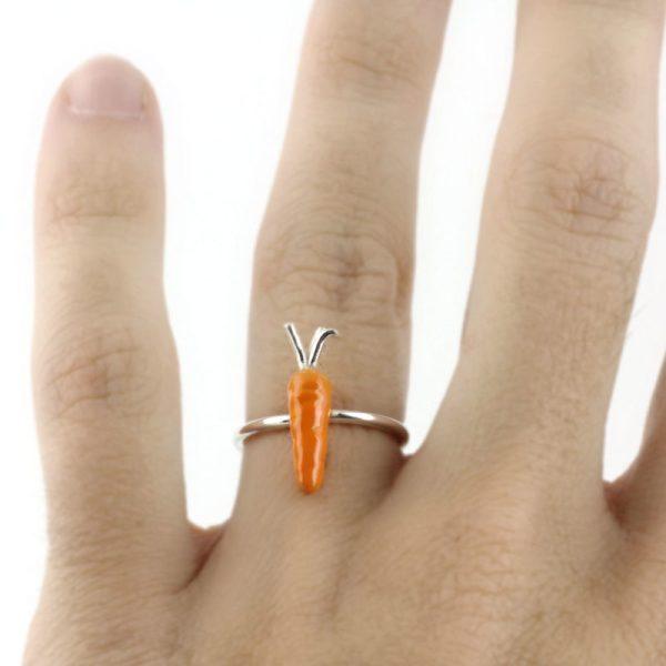 anillo de plata y esmalte zanahoria. Vacia la nevera