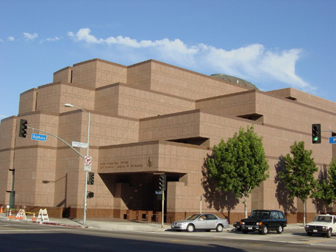 Здание центра Симона Визенталя в Лос-Анджелесе, специализирующегося на «охоте за нацистами»