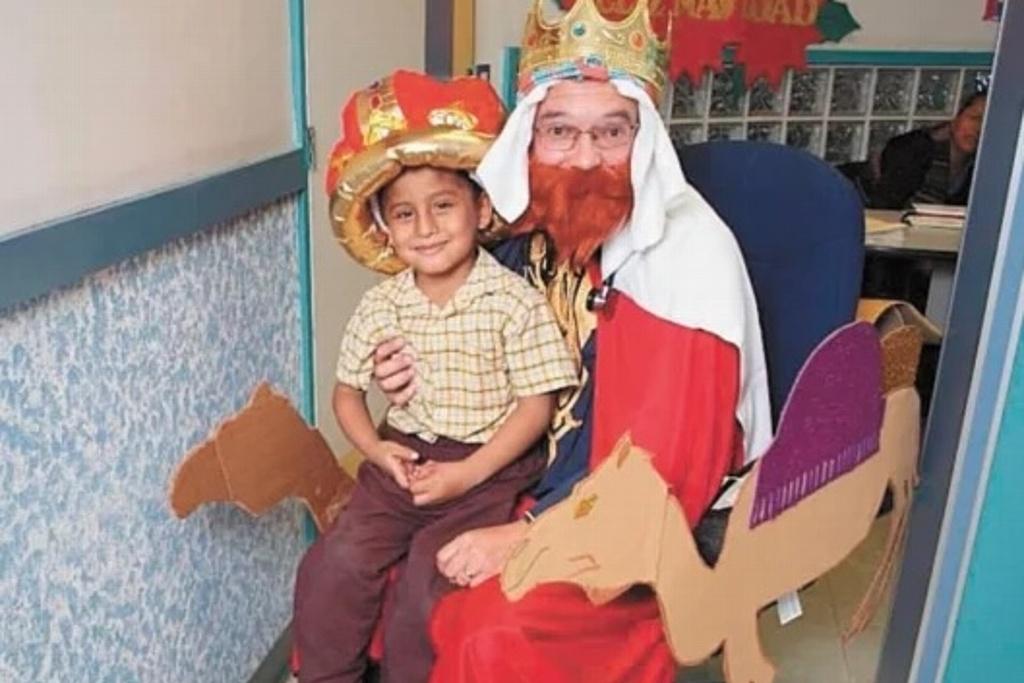 Doctor se viste de Rey Mago y lleva sonrisas a niños con cáncer