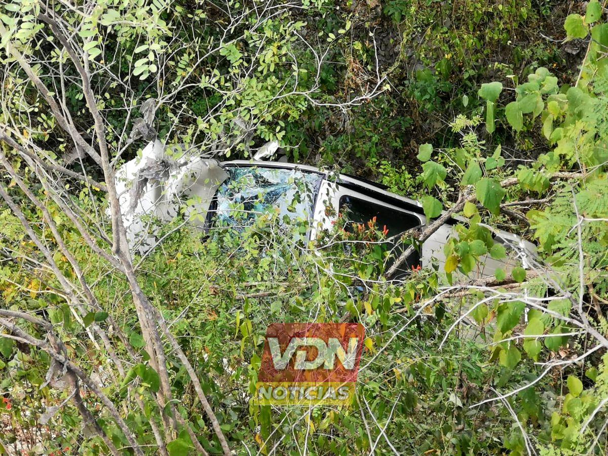 Cae en barranco en la carretera Colima-Manzanillo, solo resultó en susto